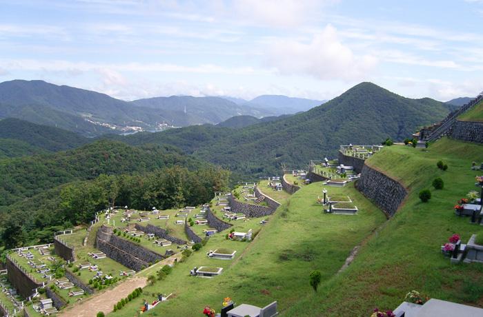 묘역사진 북한강 방향.jpg